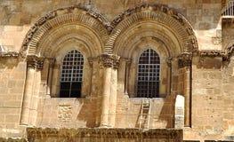 在圣墓教堂的窗口的下固定的梯子在老城耶路撒冷 库存照片
