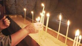 在圣墓教堂里被点燃的蜡烛