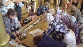 在圣墓教堂里面的人们在耶路撒冷 这个地方有Golgotha,耶稣被迫害 免版税库存照片