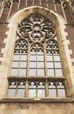在圣奥尔加教会的门面的美丽的哥特式窗口  免版税图库摄影