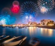 在圣安东尼奥海滩上的美丽的烟花在伊维萨岛,西班牙 免版税库存图片