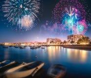 在圣安东尼奥海滩上的美丽的烟花在伊维萨岛,西班牙 图库摄影