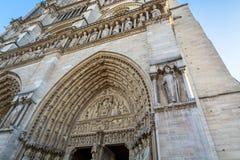 在圣安妮门户的门的被雕刻的曲拱西部fac的 免版税库存照片