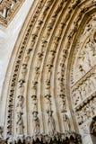 在圣安妮门户的门的被雕刻的曲拱西部fac的 免版税库存图片