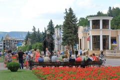 在圣尼古拉斯附近雕象的游人在Kislovodsk,俄罗斯 图库摄影