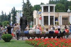 在圣尼古拉斯附近雕象的游人在Kislovodsk,俄罗斯 免版税库存图片