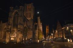 在圣尼古拉`教会的夜视图在跟特, 2017年11月5日的比利时 库存图片