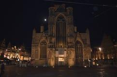 在圣尼古拉`教会的夜视图在跟特, 2017年11月5日的比利时 图库摄影