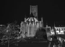 在圣尼古拉`教会的夜视图在跟特, 2017年11月5日的比利时 免版税库存照片