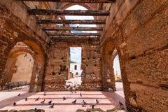 在圣巴里,圣多明哥,多米尼加共和国尼古拉斯医院的废墟的看法  复制文本的空间 免版税库存图片