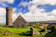 在圣帕特里克北欧海盗修建的` s教会旁边剥城堡` s塔在果皮城市在曼岛 库存图片