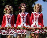 在圣帕特里克的天游行的跳舞小组 免版税库存图片