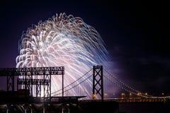 在圣弗朗西斯科奥克兰海湾桥梁的烟花 免版税库存照片