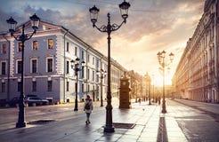 在圣彼得堡街道上的游人  免版税库存照片