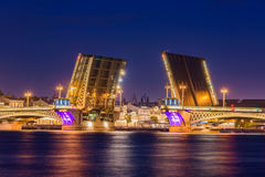 在圣彼得堡,俄罗斯打开Blagoveshchensky桥梁 免版税库存照片
