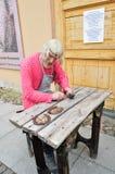 在圣彼得堡,俄罗斯给一位铁匠的雕象打蜡彼得和保罗堡垒疆土的  免版税库存图片