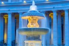 在圣彼得大教堂的有启发性贝尔尼尼喷泉在平衡的黄昏 圣彼得广场,梵蒂冈 库存图片