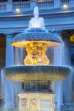 在圣彼得大教堂的有启发性贝尔尼尼喷泉在平衡的黄昏 圣彼得广场,梵蒂冈 免版税库存图片