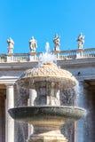 在圣彼得大教堂的贝尔尼尼喷泉 圣彼得广场,梵蒂冈 库存照片