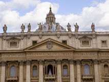 在圣彼得广场的圣彼得大教堂在罗马意大利 免版税图库摄影