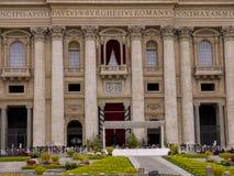 在圣彼得广场的圣彼得大教堂在罗马意大利 图库摄影