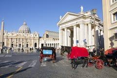 在圣彼得广场的马支架在罗马 免版税库存照片