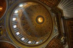 在圣彼得教会里面的屋顶在罗马。 免版税库存图片