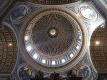 在圣彼得的圆顶由里面 免版税库存照片