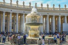 在圣彼得的广场的喷泉在罗马,梵蒂冈 图库摄影
