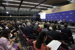 在圣彼德堡国际经济论坛 访客、论坛的客人和参加者 库存图片