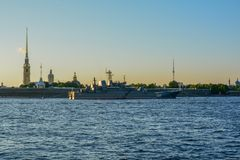 在圣彼德堡夏时的日落 免版税库存照片