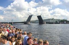 在圣彼德堡江边的吊桥 免版税图库摄影
