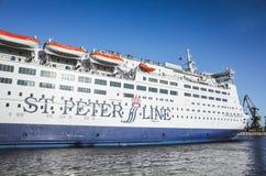 在圣彼德堡海海峡的轮渡船 免版税图库摄影
