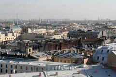 在圣彼德堡的历史中心的看法从圣徒Isaak大教堂屋顶的在晴朗的冬日 库存图片