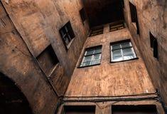 在圣彼德堡的老部分的黑暗的闭合的正方形 库存图片