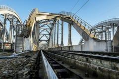 在圣彼德堡训练在Obvodny运河的美国桥梁 俄国 免版税库存照片