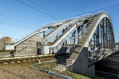 在圣彼德堡训练在Obvodny运河的美国桥梁 俄国 库存图片