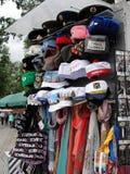 在圣彼德堡,俄罗斯街道的纪念品帽子  库存照片