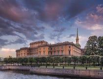 在圣彼德堡& x28的Mikhailovsky城堡; Russia& x29;在日落 免版税库存照片