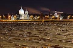 在圣徒亚历山大・涅夫斯基修道院的看法在圣彼德堡,俄罗斯冬天夜 免版税库存图片