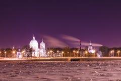在圣徒亚历山大・涅夫斯基修道院的看法在圣彼德堡,俄罗斯冬天夜 免版税图库摄影