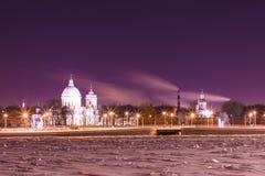 在圣徒亚历山大・涅夫斯基修道院的看法在圣彼德堡,俄罗斯冬天夜 免版税库存照片