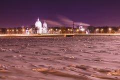 在圣徒亚历山大・涅夫斯基修道院的看法在圣彼德堡,俄罗斯冬天夜 图库摄影