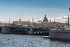 在圣徒以撒` s大教堂和海军部大厦,圣彼得堡的看法 库存图片