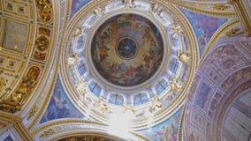 在圣徒以撒` s大教堂里面 股票视频