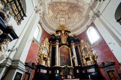 在圣徒彼得在1619年和保罗教会的圆顶的下内部修造的在老镇 免版税库存图片