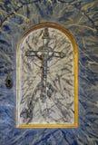 在圣徒横渡,临时房屋的门在法坛的巴巴拉的教会里在Velika Mlaka,克罗地亚 免版税库存照片