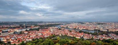 在圣徒维塔斯大教堂、布拉格城堡、老城镇中心的明亮的全景与老红色屋顶和剧烈的天空, 库存图片