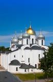 在圣徒索菲娅大教堂的顶视图在克里姆林宫,伟大的诺夫哥罗德, Russia.Close在一个晴天 免版税库存照片