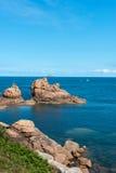 在圣徒Guirec (法国)的桃红色花岗岩峭壁 免版税库存图片